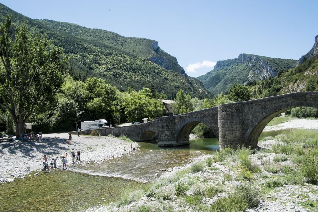 Cruzando el puente de Burgui empieza un sendero bautizado Pueblo de los Oficios.
